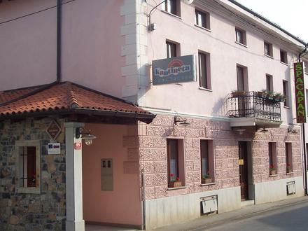 Špacapanova hiša prijetnih sob, Komen