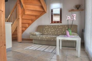 Dnevna soba, Dnevna soba nudi prostoren prostor med kuhinjo in kuhinjsko teraso. V njem je raztegljivi kavč, ki nudi do dve dodatni ležišči.
