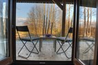 Terasa, Terasa je opremljena z dvema ležalnima stoloma in manjšo mizico. Nudi prekrasen razgled na pokrajino.