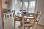 Jedilni kot, Jedilni kot se nahaja v sami sredini prostora. Jedilna miza je prilagodliva in se razširi glede na število oseb. Lahko se jo prenese tudi na teraso.